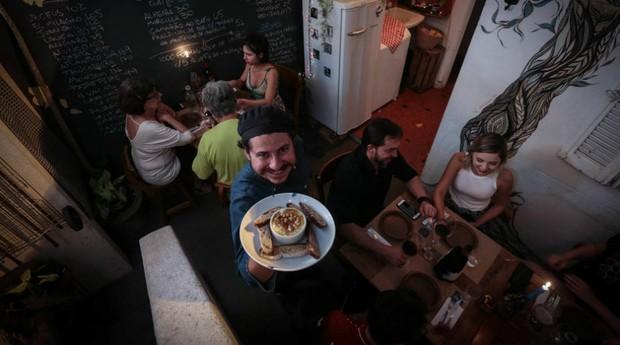 Gustavo Araújo abre as portas da sua casa há sete anos para os convidados. 'São pessoas românticas', (Foto: Estadão Conteúdo)