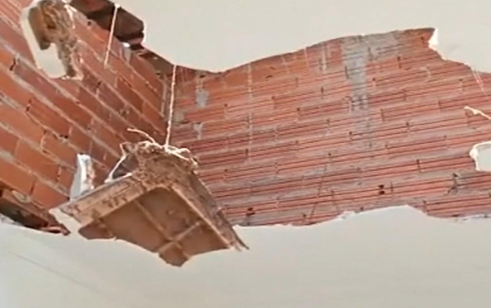 Redemoinho destelha casas e faz teto desabar sobre casal e bebê, em Goiânia; vídeo