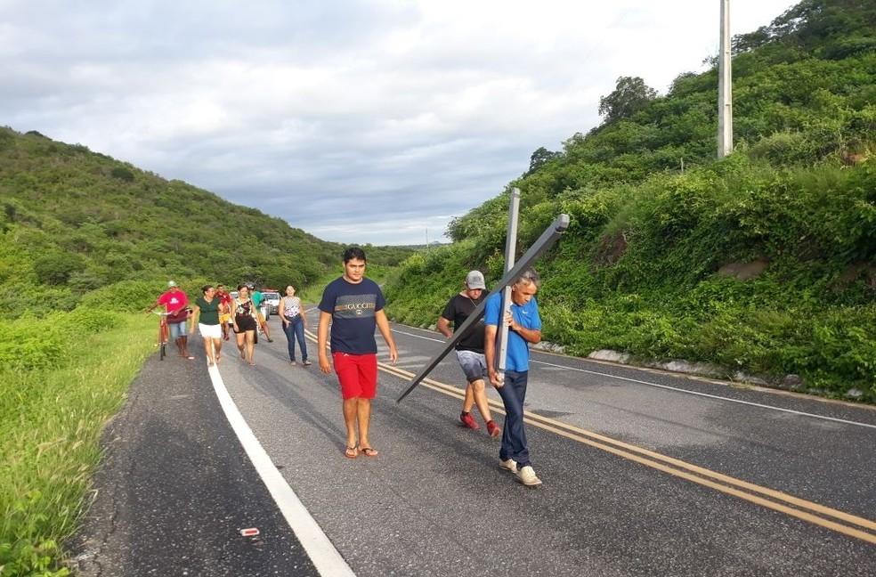 Francisco de Assis Leal de Siqueira, 52, carrega cruz de 50 kg em promessa após Barragem Quixeramobim, no município, encher. (Foto: Fernando Ivo/O Sertão é Notícia)