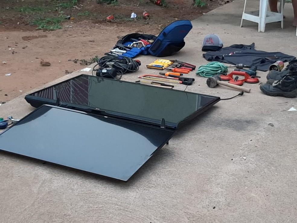 Material apreendido em uma casa no bairro Esperança da Comunidade, durante Operação Pilhagem — Foto: Diêgo Holanda/G1