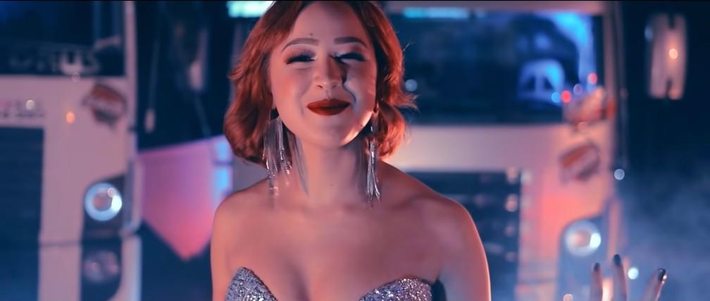 """Malu, a nova voz romântica do Brasil, gravou """"Disco Arranhado"""" em julho de 2019 — Foto: Reprodução/YouTube/Malu"""