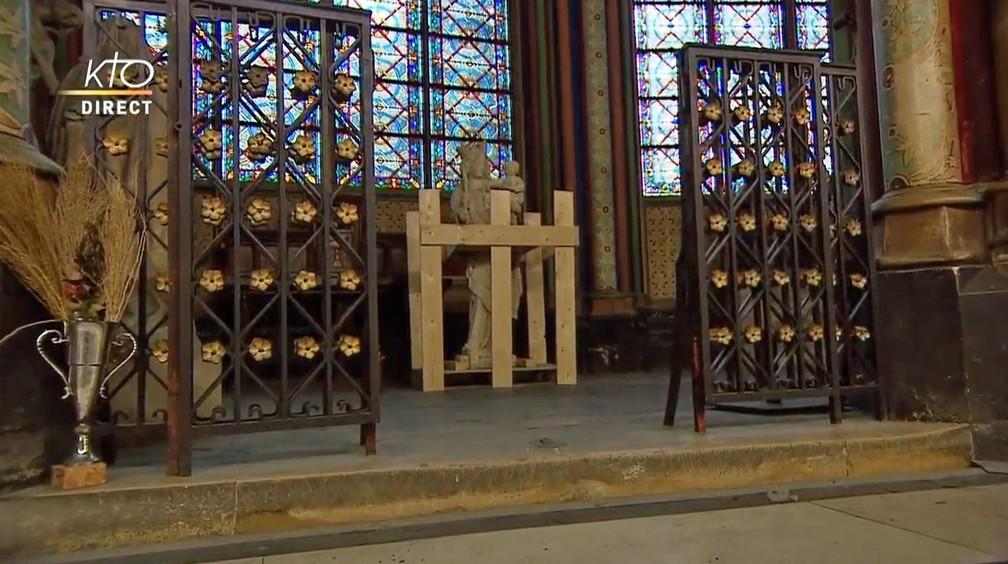 Estátua de Virgem Maria dentro da Catedral de Notre-Dame — Foto: Reprodução/KTOTV