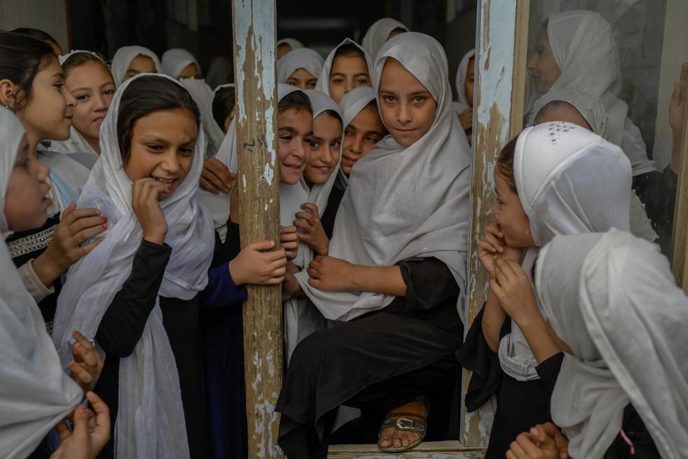 Em Kandahar, meninas são permitidas nas escolas, mas número de estudantes diminuiu significativamente após a tomada de poder pelo Talibã — Foto: BULENT KILIC / AFP