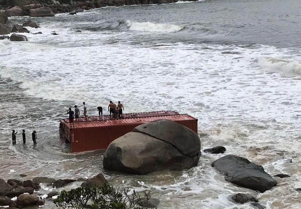 Dois contêineres estão encalhados em praia de Guarujá, SP (Foto: Divulgação/Prefeitura de Guarujá )