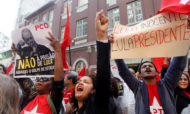 Manifestantes acompanham discurso de Lula na porta da sede do PT