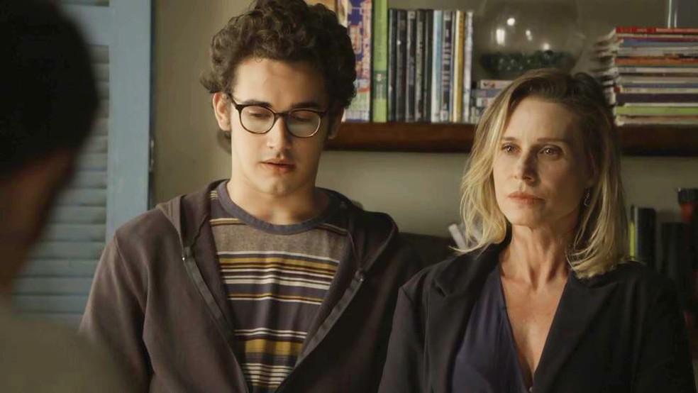 Benjamin (Filipe Bragança) e Letícia (Paula Burlamaqui) são pegos no flagra — Foto: Globo
