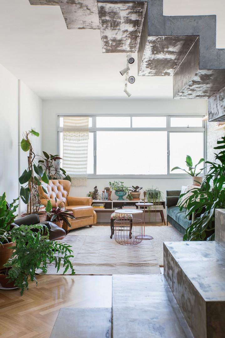 Décor do dia: plantas, tijolinhos e concreto aparente na sala de estar (Foto: Registro De Dia A Dia)