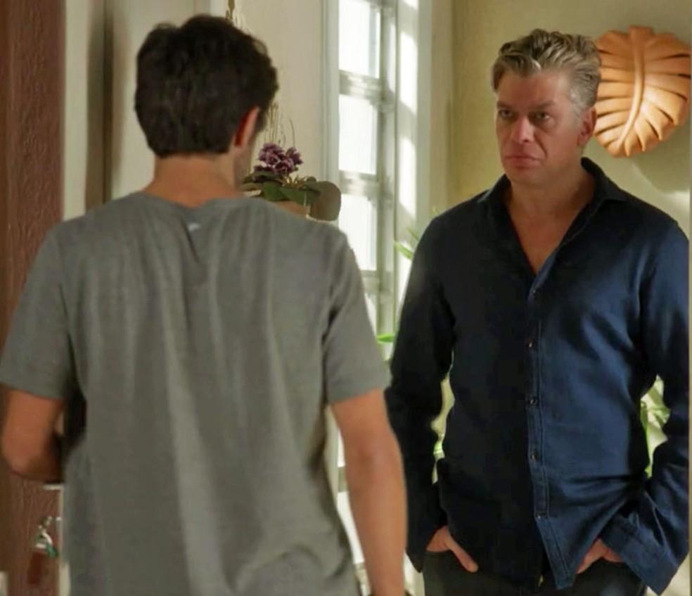 Arthur (Fábio Assunção) vai até a casa de Jonatas (Felipe Simas) — Foto: TV Globo