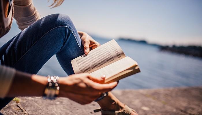 A leitura melhora nossos relacionamentos e ajuda a criar conexão entre as pessoas (Foto: Pexels)