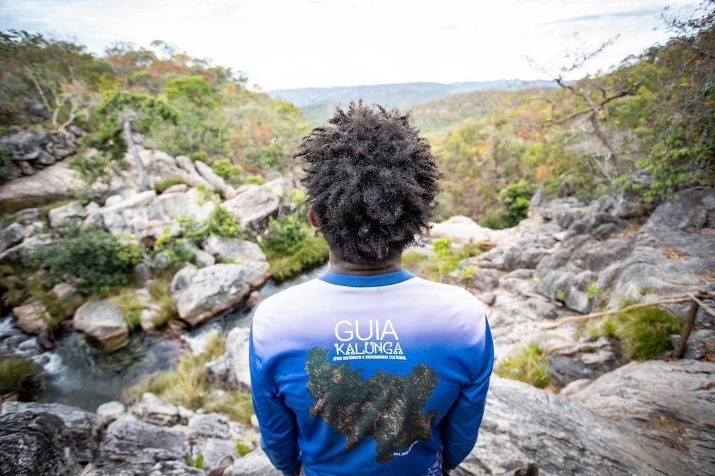 Uma das maneiras de conhecer a história local é contratando um profissional kalunga. — Foto: Fábio Tito/G1