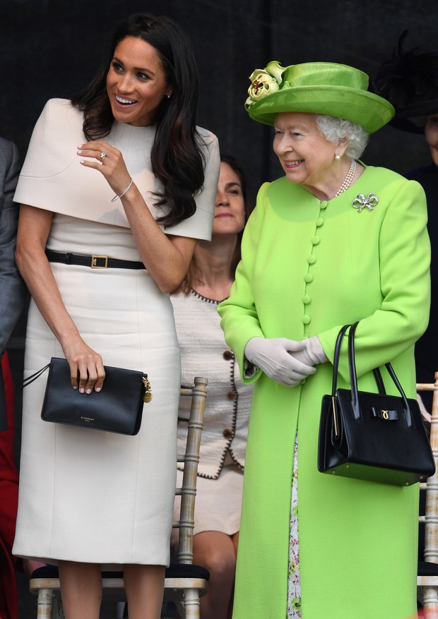 WIDNES, ENGLAND - JUNE 14:  Queen Elizabeth II stands and laughs with Meghan, Duchess of Sussex during a ceremony to open the new Mersey Gateway Bridge on June 14, 2018 in the town of Widnes in Halton, Cheshire, England. Meghan Markle married Prince Harry (Foto: Getty Images)