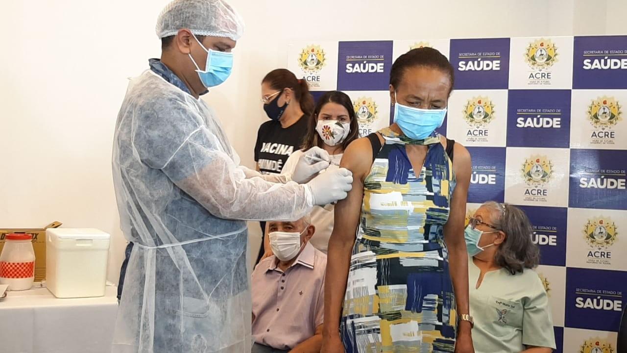 Técnico de enfermagem aplica dose da CoronaVac na mãe que é servidora da Saúde no AC: 'Privilégio'