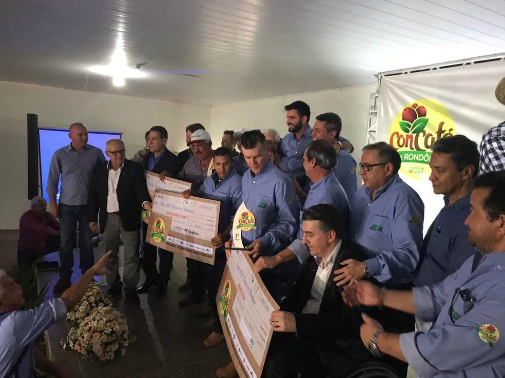Vencedores sendo premiados em concurso (Foto: Rogério Aderbal/G1)