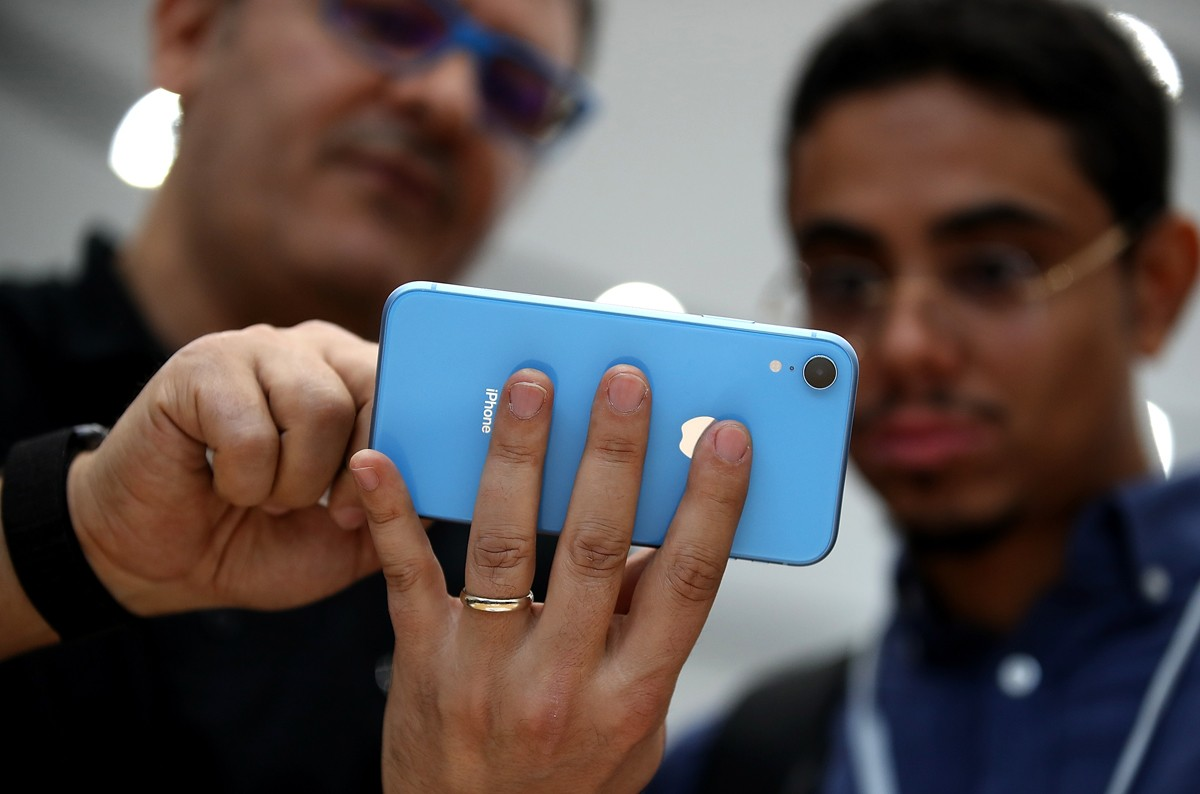 CUPERTINO, CA - SEPTEMBER 12:  A visitor inspects the new Apple iPhone XR  during an Apple special event at the Steve Jobs Theatre on September 12, 2018 in Cupertino, California.  Apple released three new versions of the iPhone and an update Apple Watch.  (Foto: Getty Images)