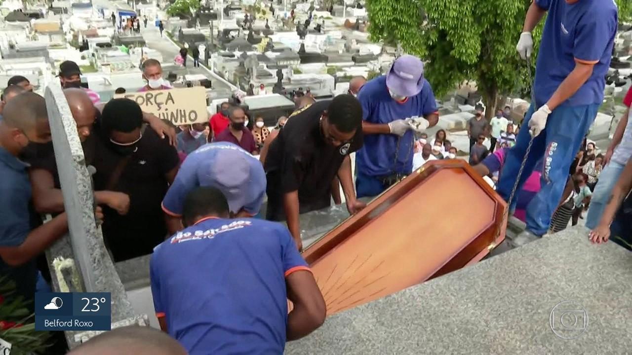 Corpo de neto do Neguinho da Beija-flor é enterrado em Nova Iguaçu
