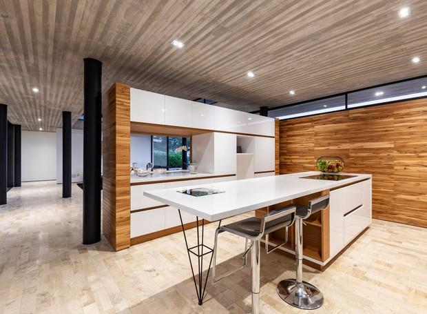 A cozinha fica acoplada à sala de jantar e os próprios armários funcionam como divisória (Foto: Deezen/ Reprodução)