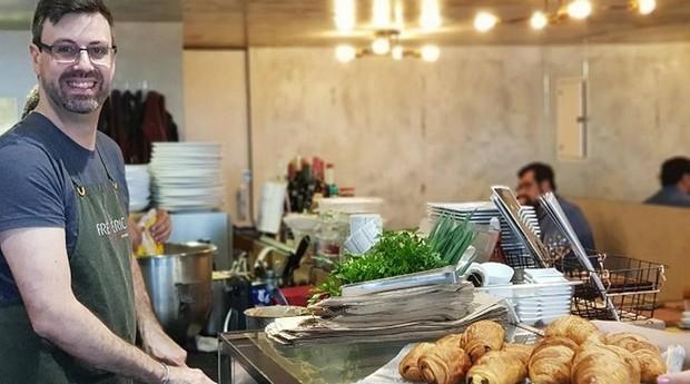 Chef Fred de Maeyer prepara os pratos de frente para os clientes na Epicerie   (Foto: Divulgação/Karina Zanette)