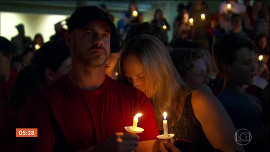Pais e alunos prestam homenagens às vítimas de atirador em escola nos EUA