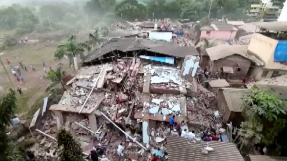 Imagem aérea mostra escombros de prédio que desabou na Índia nesta segunda-feira (24) — Foto: ANI via Reuters