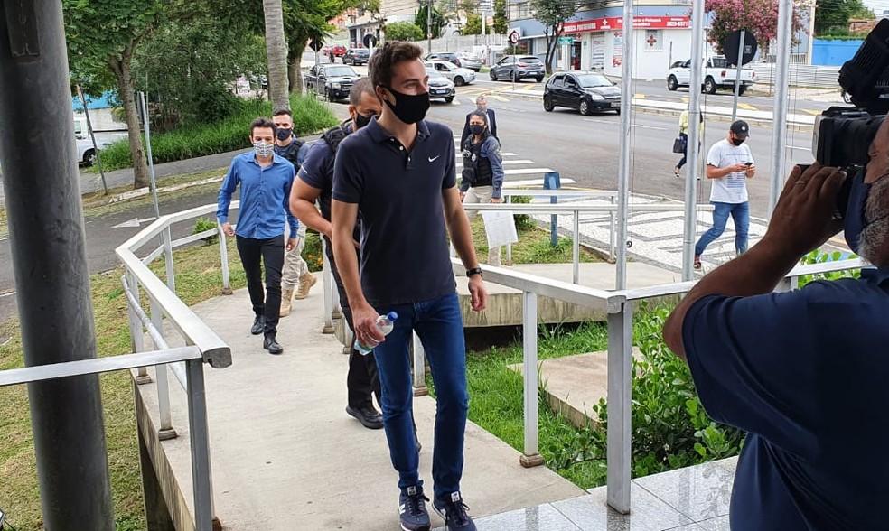 Vereador de Ponta Grossa chega à sede do Gaeco após mandado ser cumprido — Foto: André Salamucha/RPC