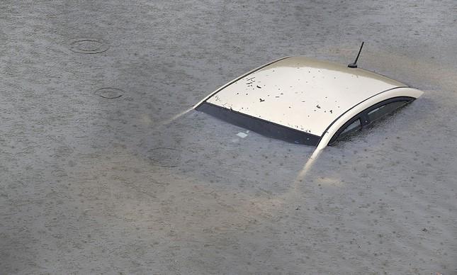 Carro submerso em Houston, no Texas, região mais atingida pelo furacão Harvey