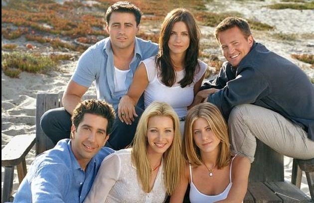Nesta foto de divulgação de 'Friends', a atriz já aparece com o cabeloeo longo, parecido com o que usa atualmente (Foto: Divulgação)