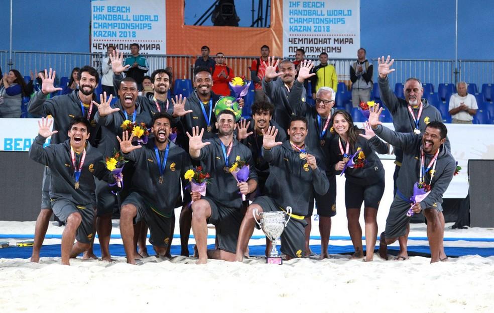 ... Brasileiros comemoram título no handebol de areia — Foto  Reprodução 752eef5e26815