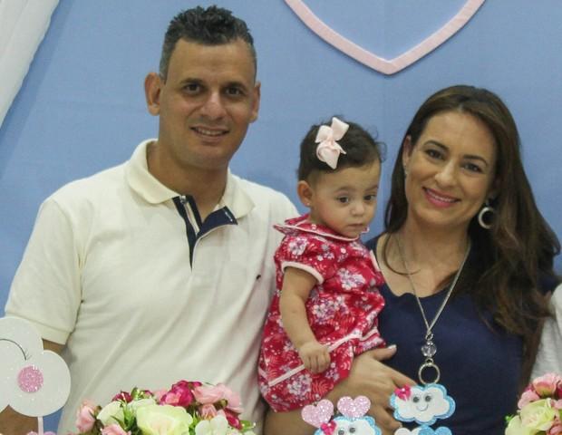 Danielle posa ao lado do marido Vanderlei e da filha Ana Luiza (Foto: Acervo pessoal)