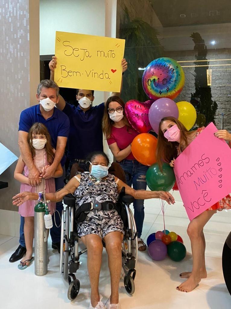 Mãe da primeira-dama de MT recebe alta após 10  meses internada em tratamento contra a Covid-19