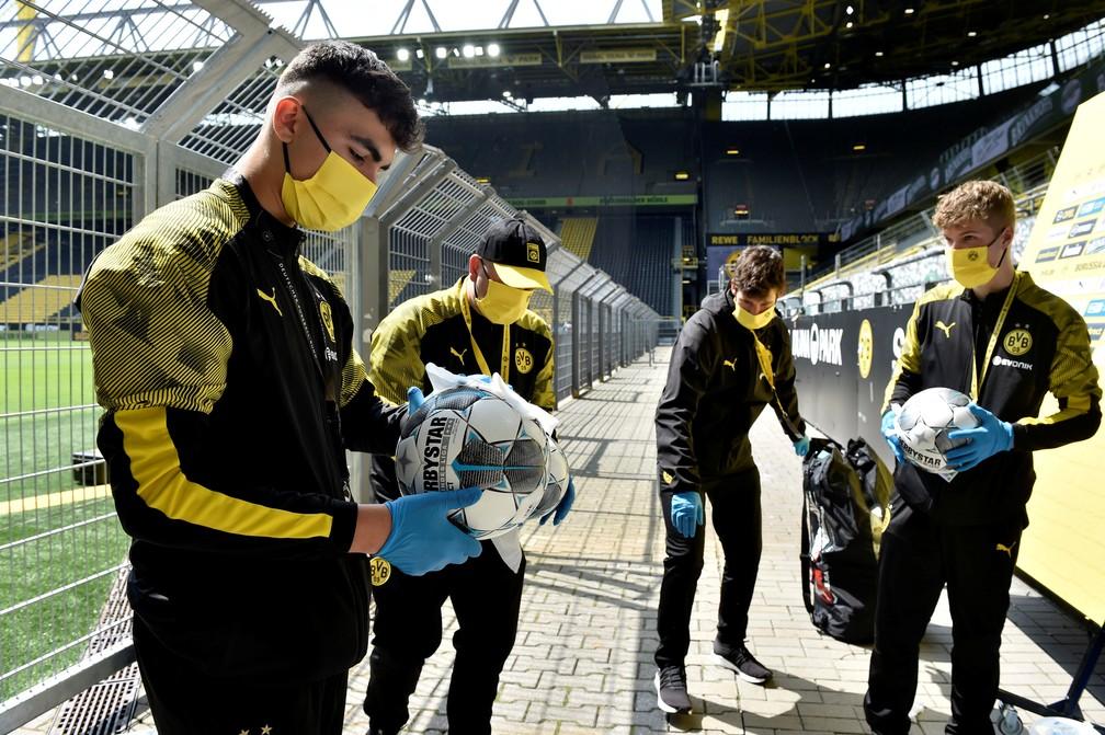 Gandulas do Borussia Dortmund desinfectam bolas antes da partida  — Foto: Martin Meissner/Pool via REUTERS