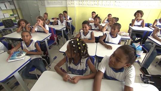 Em Salvador, agentes de educação saem em busca dos alunos faltosos