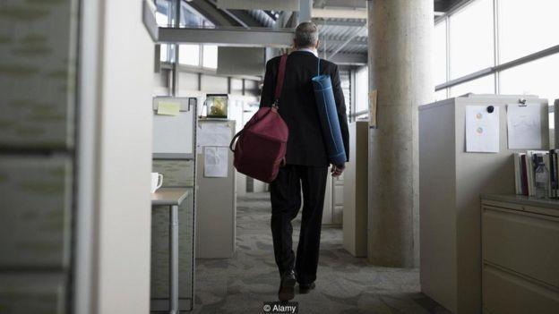 Sumir abruptamente do trabalho pode parecer libertador, mas não é bem visto  (Foto: Alamy/via BBC news Brasil)