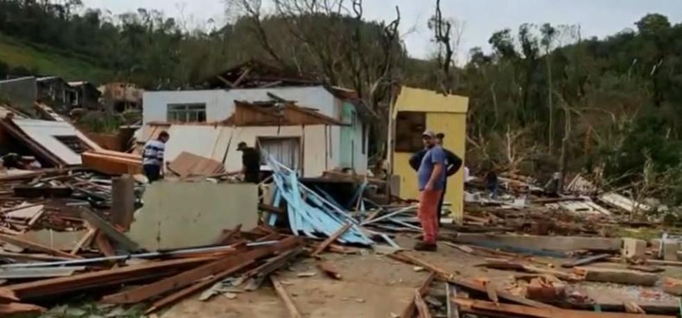 No total, 25 famílias tiveram a casa totalmente destruída com o tornado — Foto: Reprodução/ NSC TV