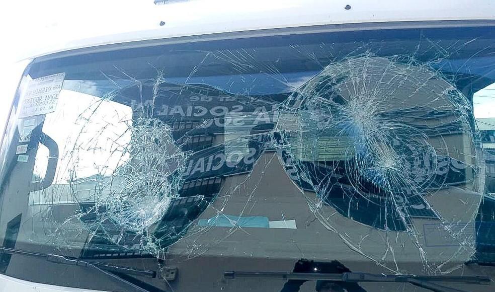 Em ataque de fúria, homem quebra carros em secretaria de Linhares, ES — Foto: Secom/ Linhares