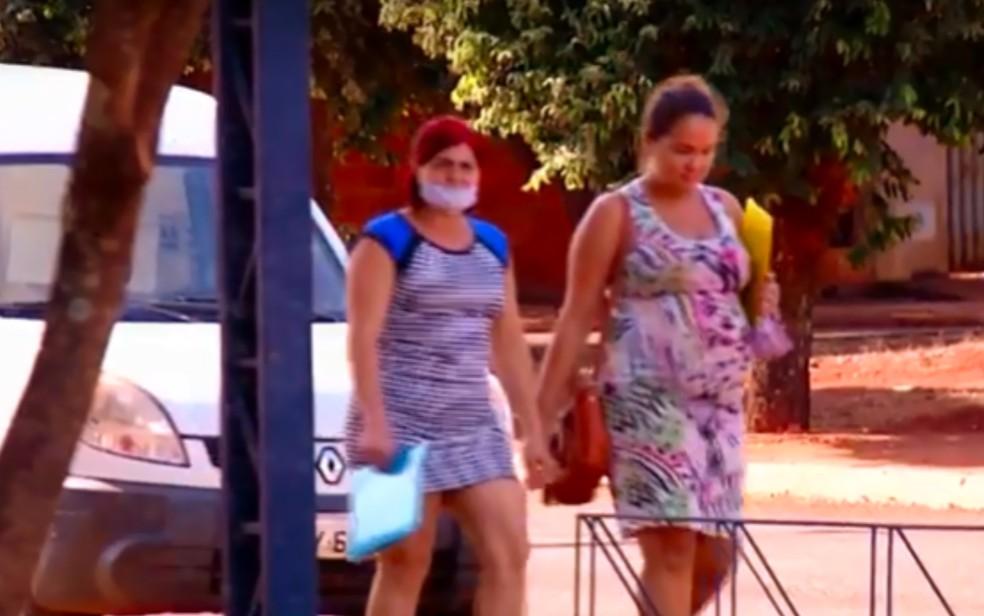 Mulheres andam sem máscaras por rua de Porteirão, em Goiás — Foto: Reprodução\TV Anhanguera