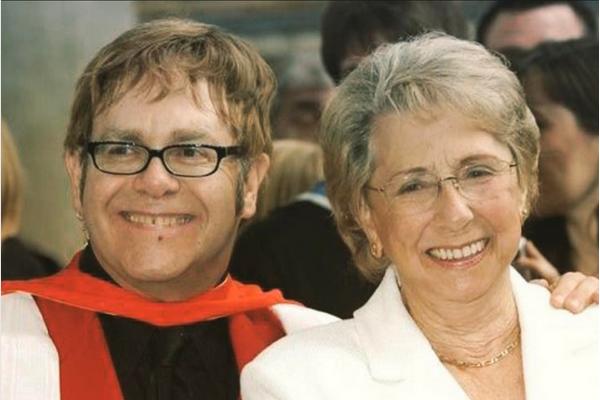 O músico Elton John e a mãe, Sheila (Foto: Instagram)