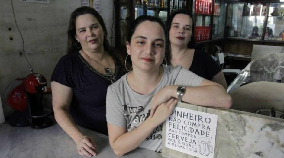 No balcão. Cláudia (à esquerda), Paula e Thaís Costa, as donas do Bar 3 Marias, na Rua Garibaldi 13  (Foto: Reprodução/Agência O Globo)