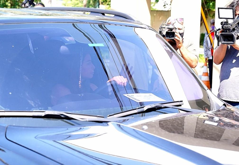 Repórter Marcela Monteiro chegou por volta das 9h ao velório de Tom Veiga — Foto: Marcos Serra Lima / G1