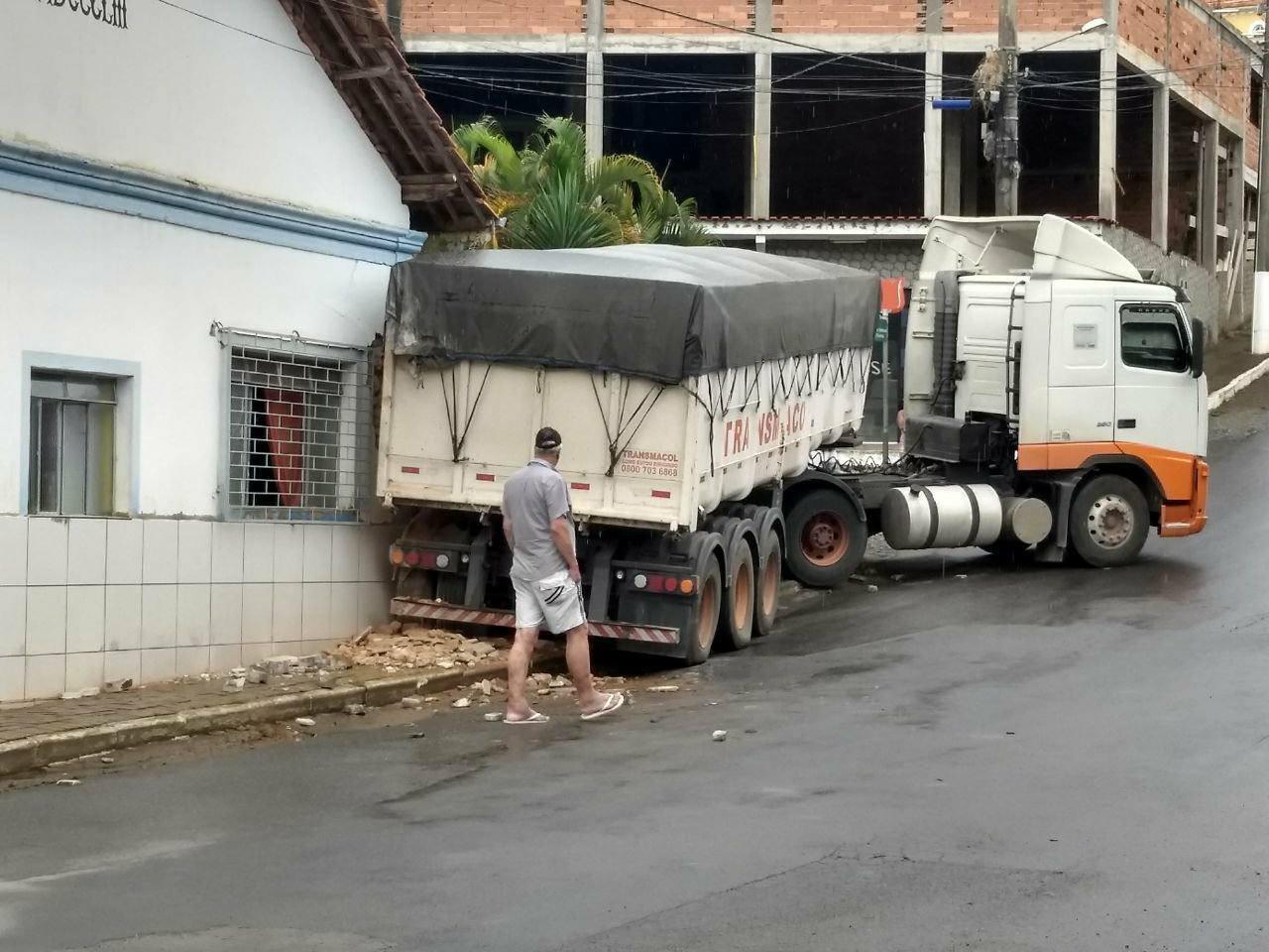 Carreta usa desvio de ponte interditada na MG-448 e atinge casa no Centro de Oliveira Fortes