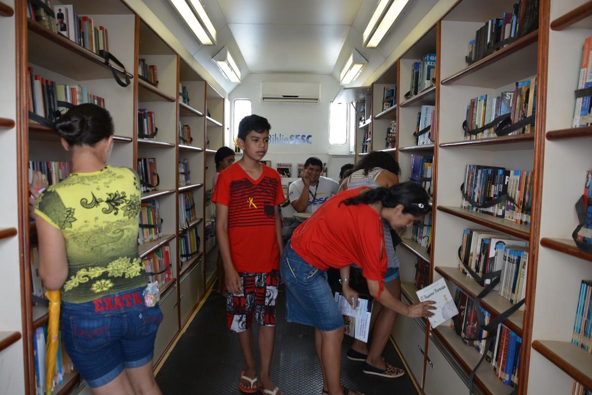 Biblioteca móvel disponibiliza livros gratuitamente para moradores de Quatis - globo.com