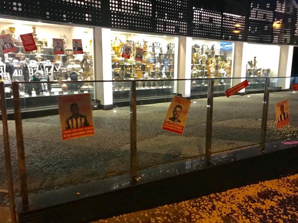 Cartazes onde os jogadores aparecem com nariz de palhaço foram colados em vidros da sede do Atlético-MG — Foto: Reprodução / internet