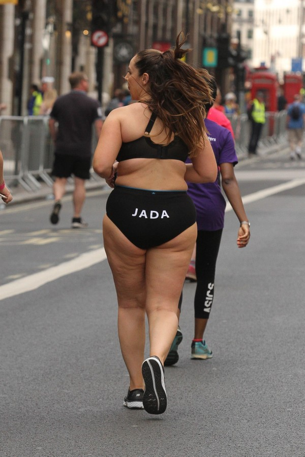 Modelos plus-size participam da Vitality London 10K só de calcinha e top (Foto: Harry Rutter / BACKGRID)