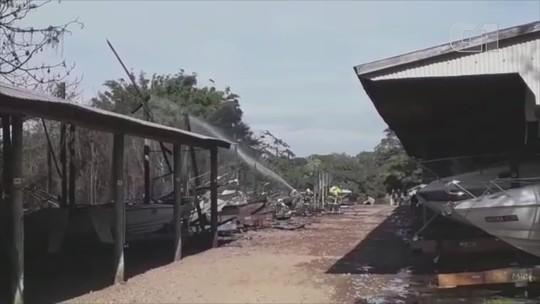 Incêndio atinge marina na Ilha das Flores e destrói mais de 20 lanchas em Porto Alegre