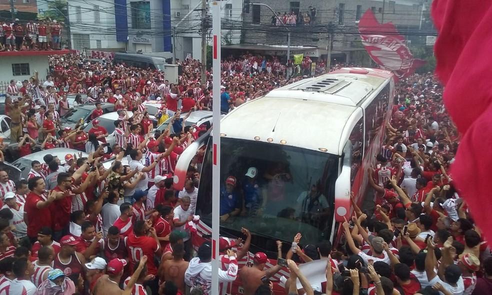 Torcida do Náutico abraçou chegada da delegação ao estádio — Foto: Marlon Costa / Pernambuco Press