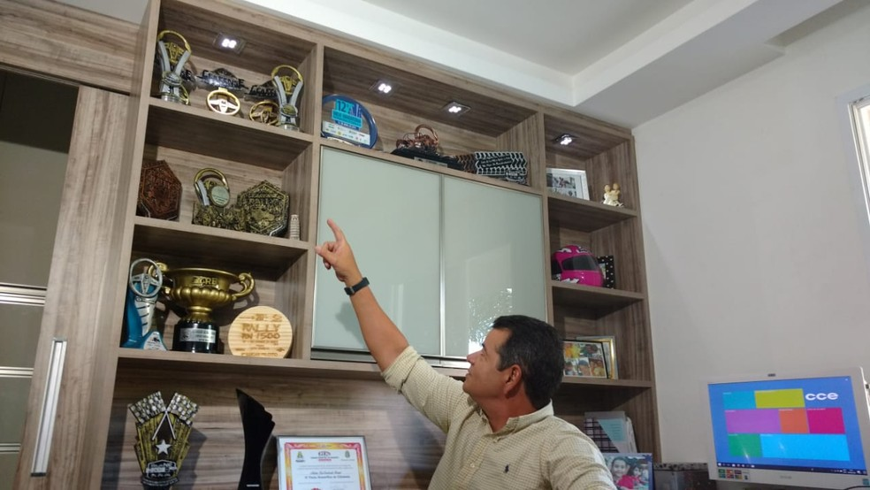 Antônio exibe os troféus que já conquistou ao longo da vida (Foto: Juscelino Filho)