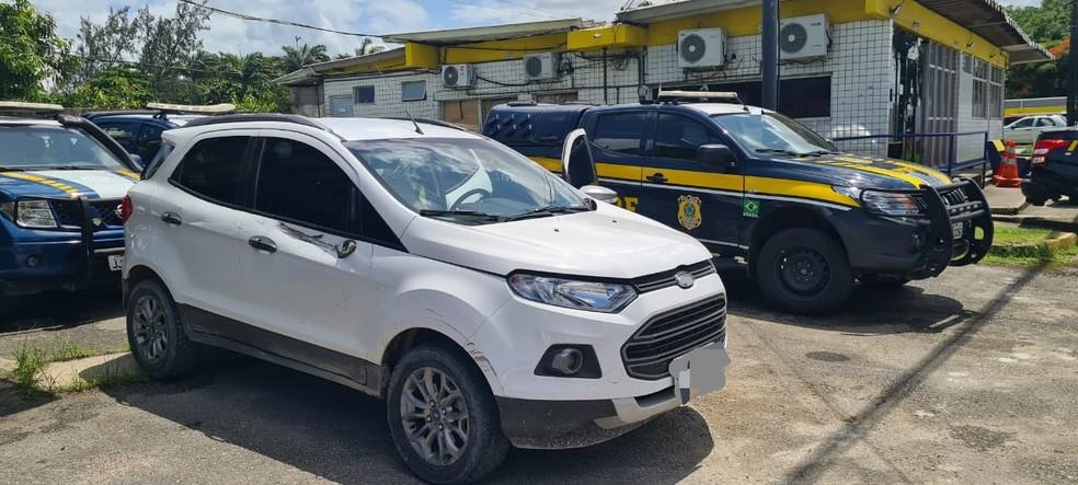 Carro roubado em Gravatá em março foi apreendido no Recife nesta terça-feira (13) — Foto: PRF/Divulgação