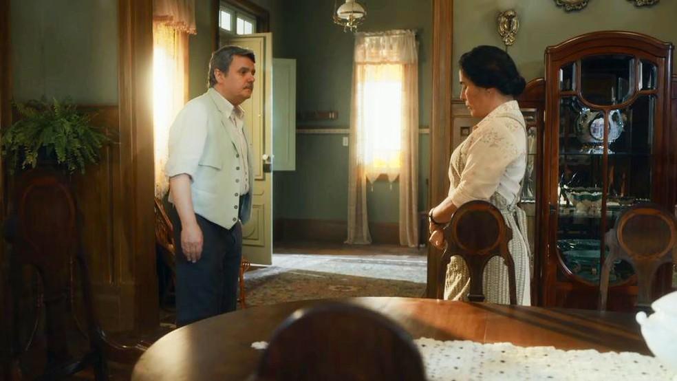 Lola (Gloria Pires) decide terminar sociedade com Afonso (Cássio Gabus Mendes) em 'Éramos Seis' — Foto: Globo
