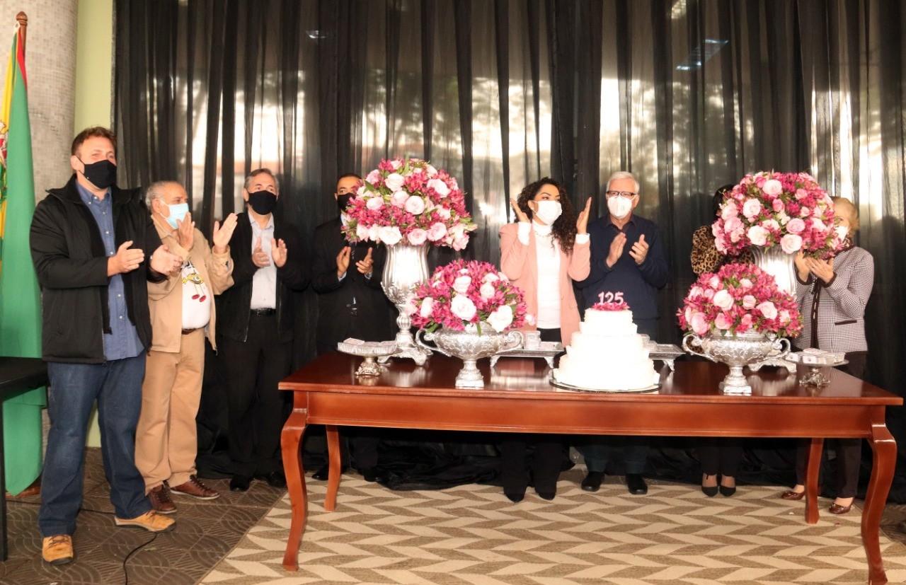 Sem festa, Bauru comemora aniversário com entrega de 5 mil pedaços de bolo a entidades