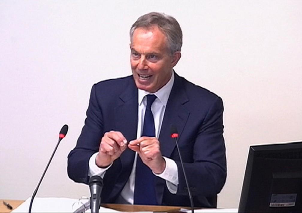O ex-primeiro-ministro britânico durante depoimento em 2016 — Foto: Reuters