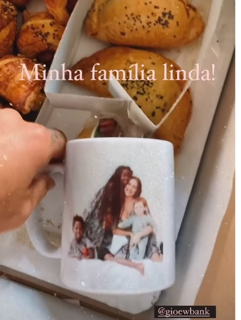 Bruno Gagliasso ganhou caneca com a foto da família (Foto: Reprodução)